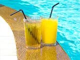 cocktail bij zwembad