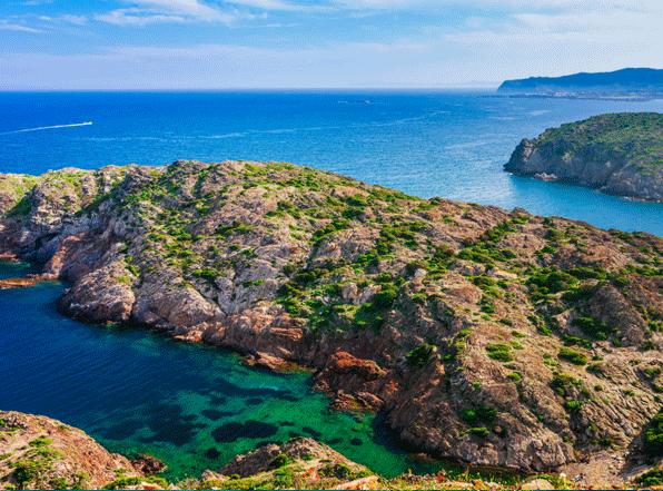 Een mooie baai tussen de kustplaatsjes